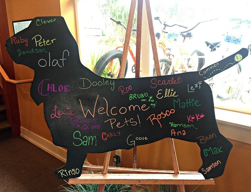 A sign welcoming pet guests at the Surfsand Resort in Cannon Beach, Oregon ~ Tips for Traveling with Pets
