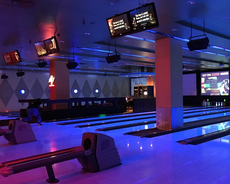 Sky Deck Sports Grill & Lanes offers bowling and more entertainment ~ 30 Things to Do at Mall of America Besides Shop
